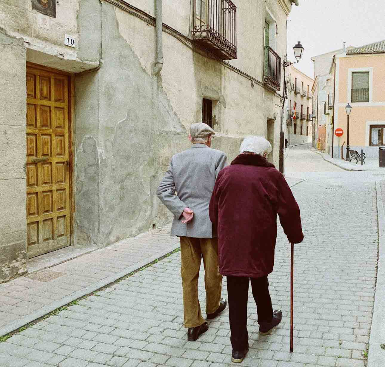 Features to Look for in the Best Walking Shoes for the Elderly