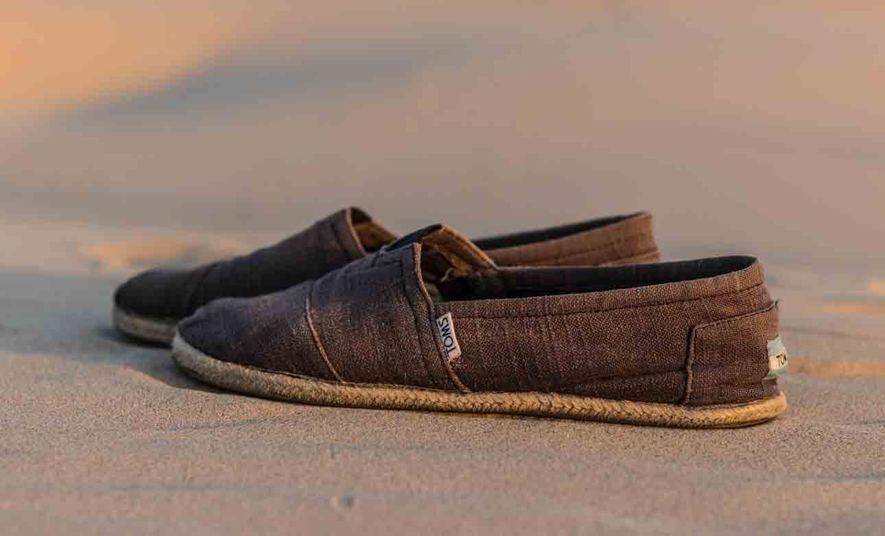 who makes toms shoes